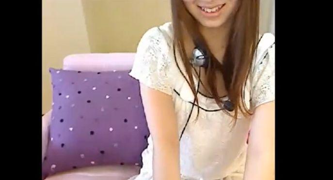 甘え声の清楚系人妻がM字開脚で腰浮きイキするライブチャット動画