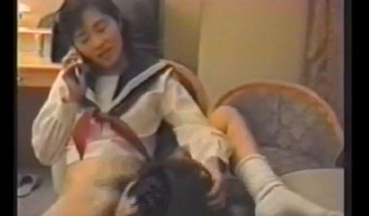 オヤジにマンコを舐めさせてテレフォンセックスする高飛車な女子校生
