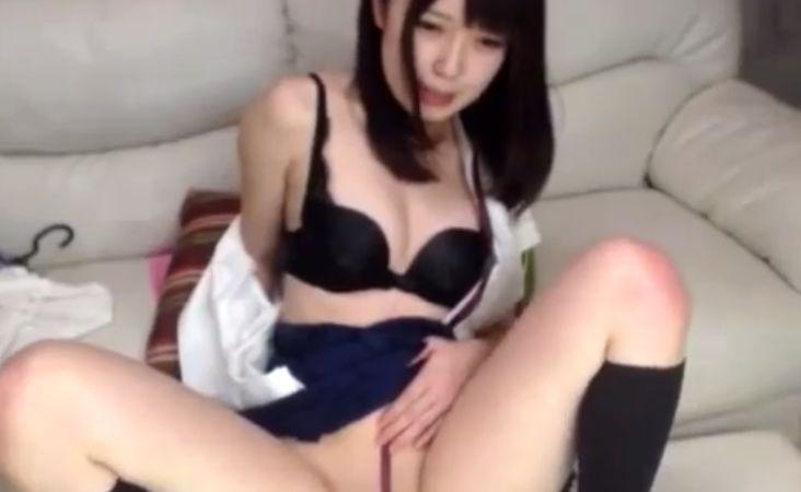 美少女がパイパンマンコにリボンを食い込ませるライブチャット動画